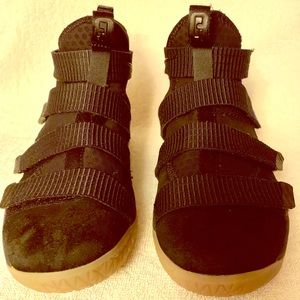 ✨NEW ITEM ✨ LeBron James HT Youth/Boys Nike's